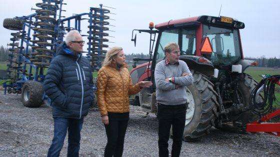 Henna Virkkunen ja Petri Sarvamaa Knentilän tilalla isäntä Markku Eestilän kanssa.
