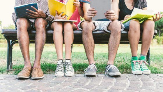 Joukko kansainvälisiä nuoria lukemassa