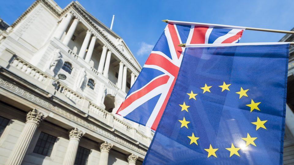 EU:n ja Ison-Britannian liput.