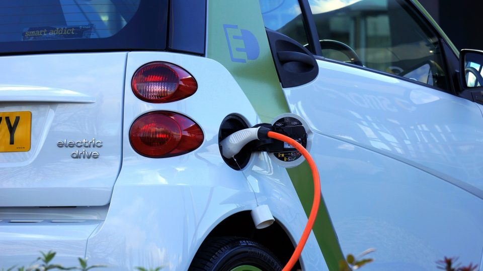 EU suosii sähköautoilua – tuotannon on oltava myös kestävää