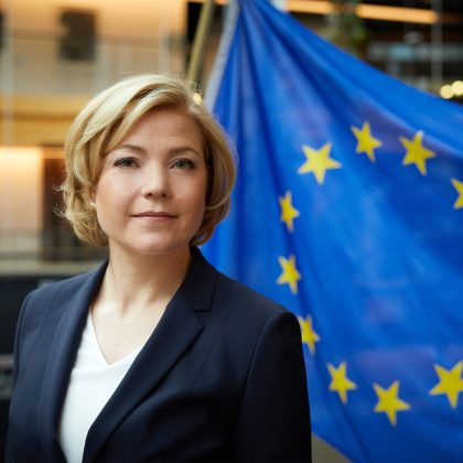 Henna Virkkunen. Taustalla EU:n lippu.