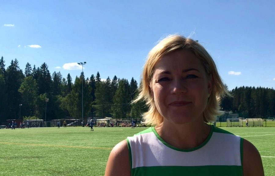 Henna Virkkunen jalkapallokentällä.