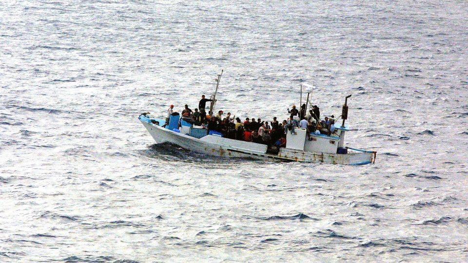 Täynnä ihmisiä oleva pakolaisalus merellä.