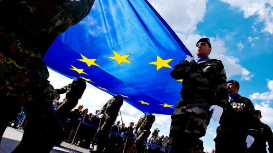 Sotilaita kannattelemassa EU:n lippua.
