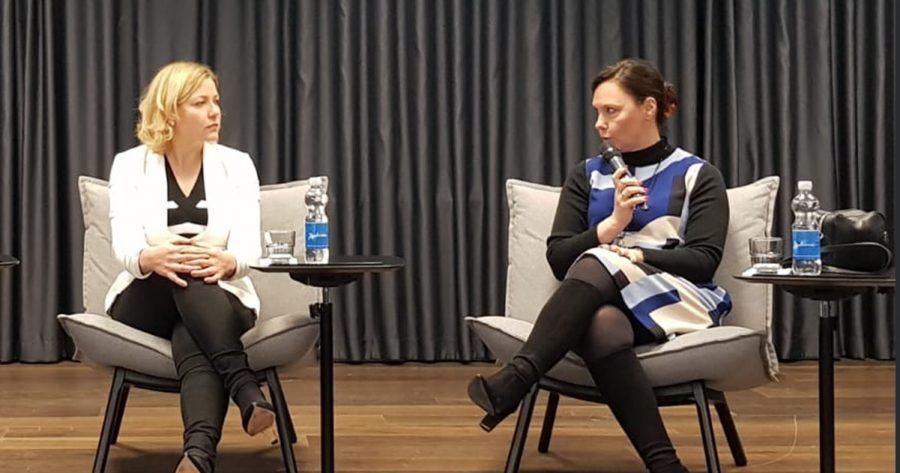 Annemari Virolainen puhumassa Henna Virkkusen kanssa.
