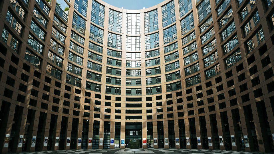 Euroopan parlamentin Strasbourgin rakennuksen ympyränmuotoinen sisäpiha.