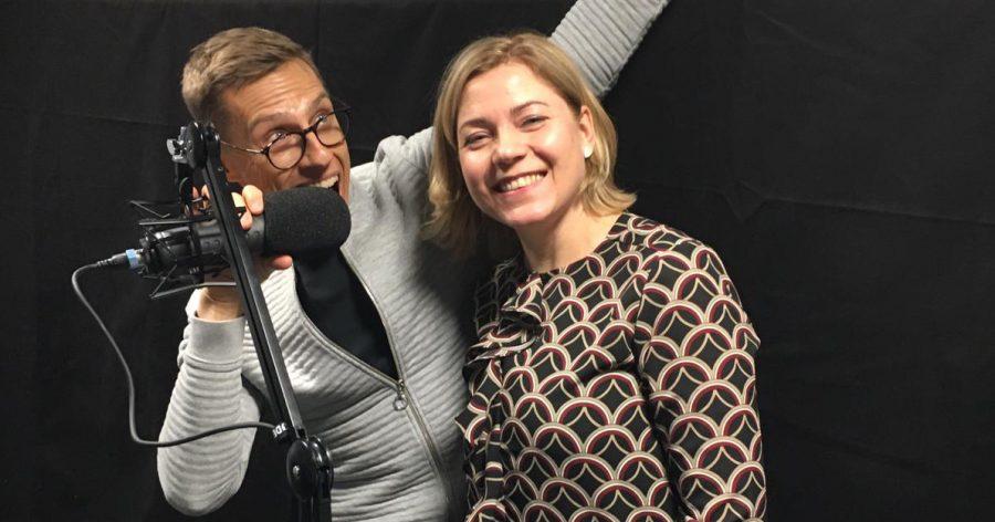 Henna Virkkunen ja Alexander Stubb äänittämässä podcastia.