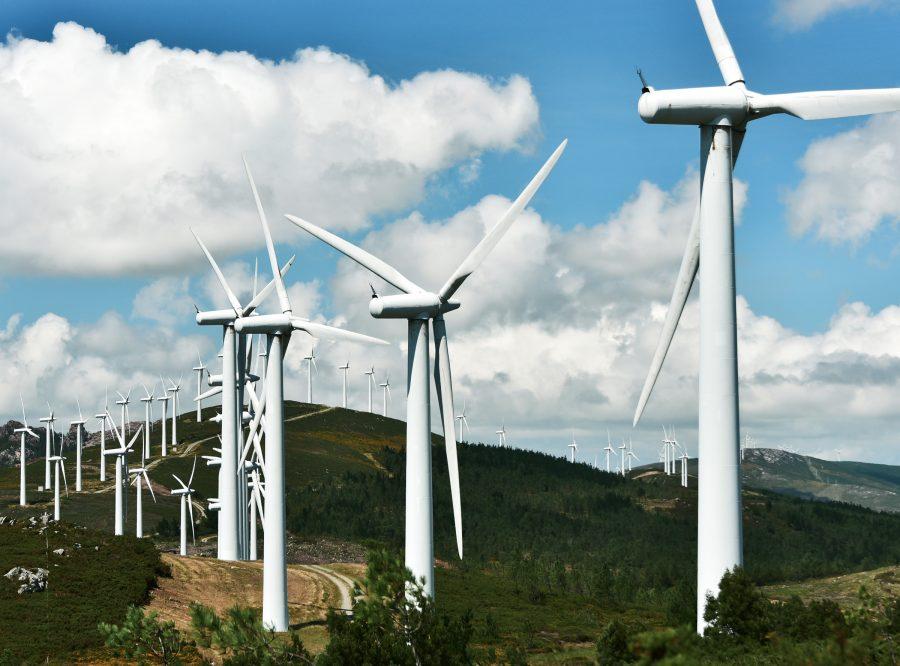 Kymmenittäin tuulivoimaloita vuorenrinteellä.