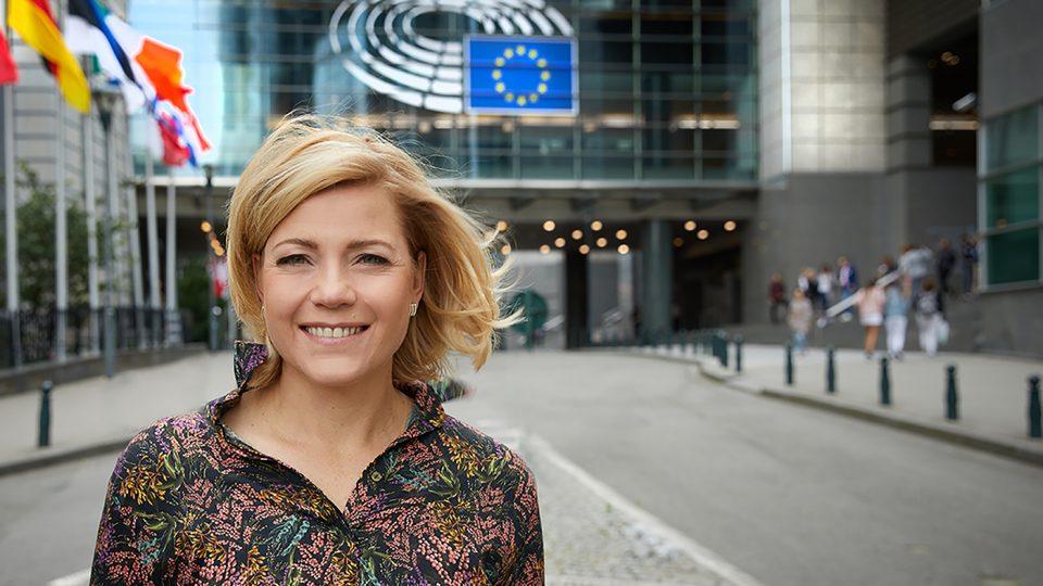 Henna Virkkunen Europarlamentin rakennuksen edessä Brysselissä.