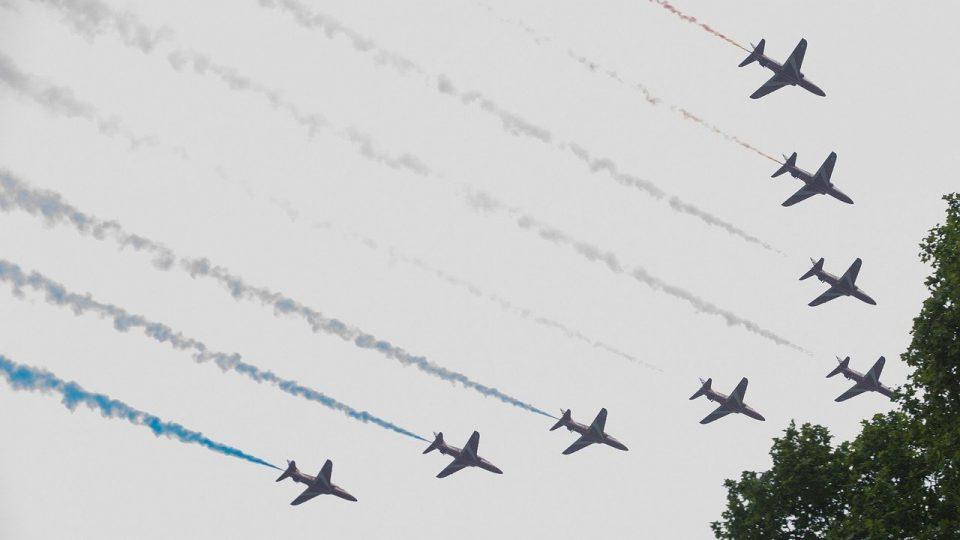 Useita hävittäjiä levittämässä sini-valko-punaista savua taivaalle.