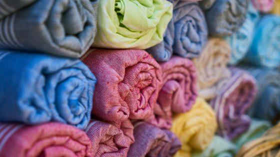 Värikkäitä pyyhkeitä pinottuna