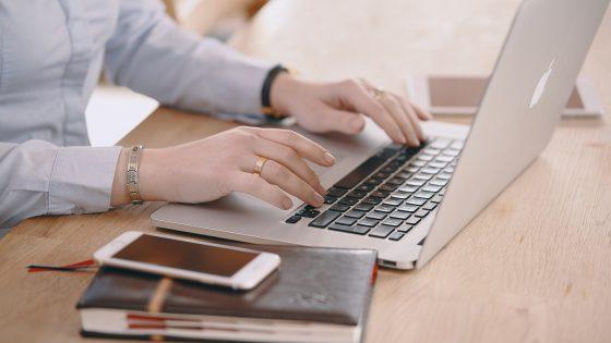 Nainen kannettavan tietokoneen kanssa.