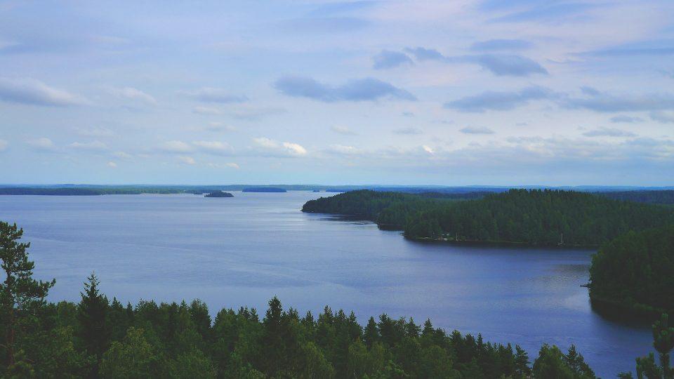 Suomalaista metsä- ja järvimaisemaa.