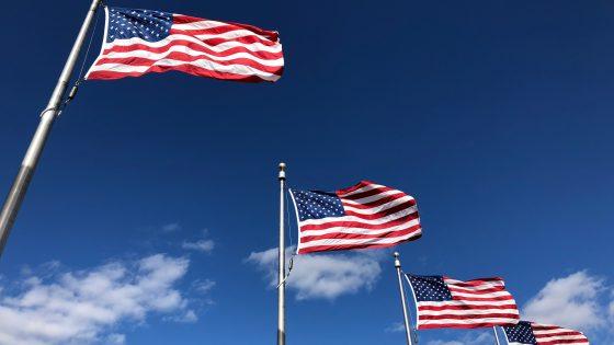 Yhdysvaltojen lippuja rivissä.