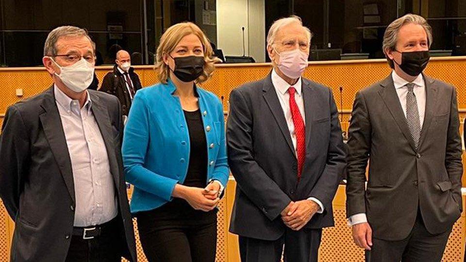 Marian-Jean Marinescu, Henna Virkkunen, Dominique Riquet ja Pedro Lourtie seisomassa rivissä.