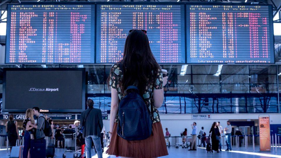 Nuori henkilö seisomassa lentokentällä
