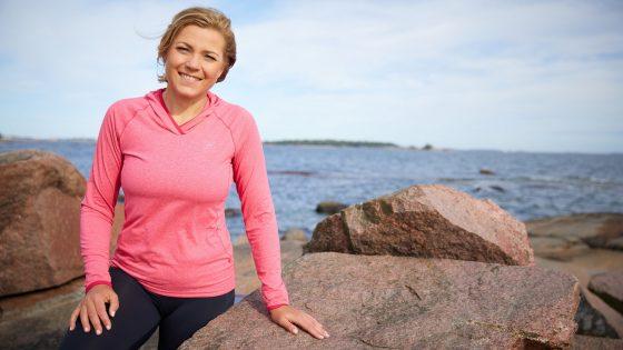 MEP Henna Virkkunen lenkillä meren rannassa