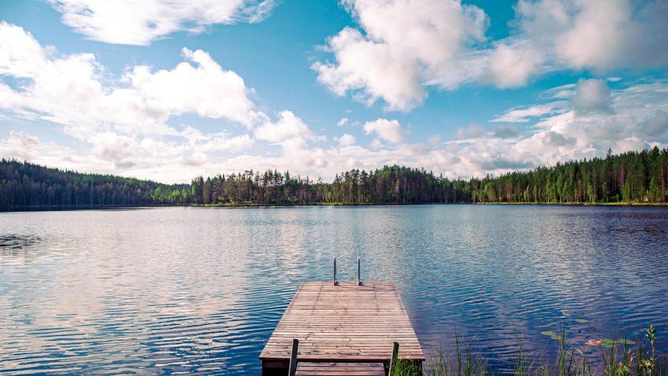 Suomalainen kesäinen järvimaisema